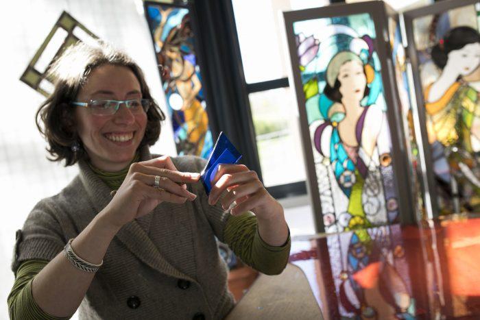 Portrait d'Amandine Steck - découpe d'un verre