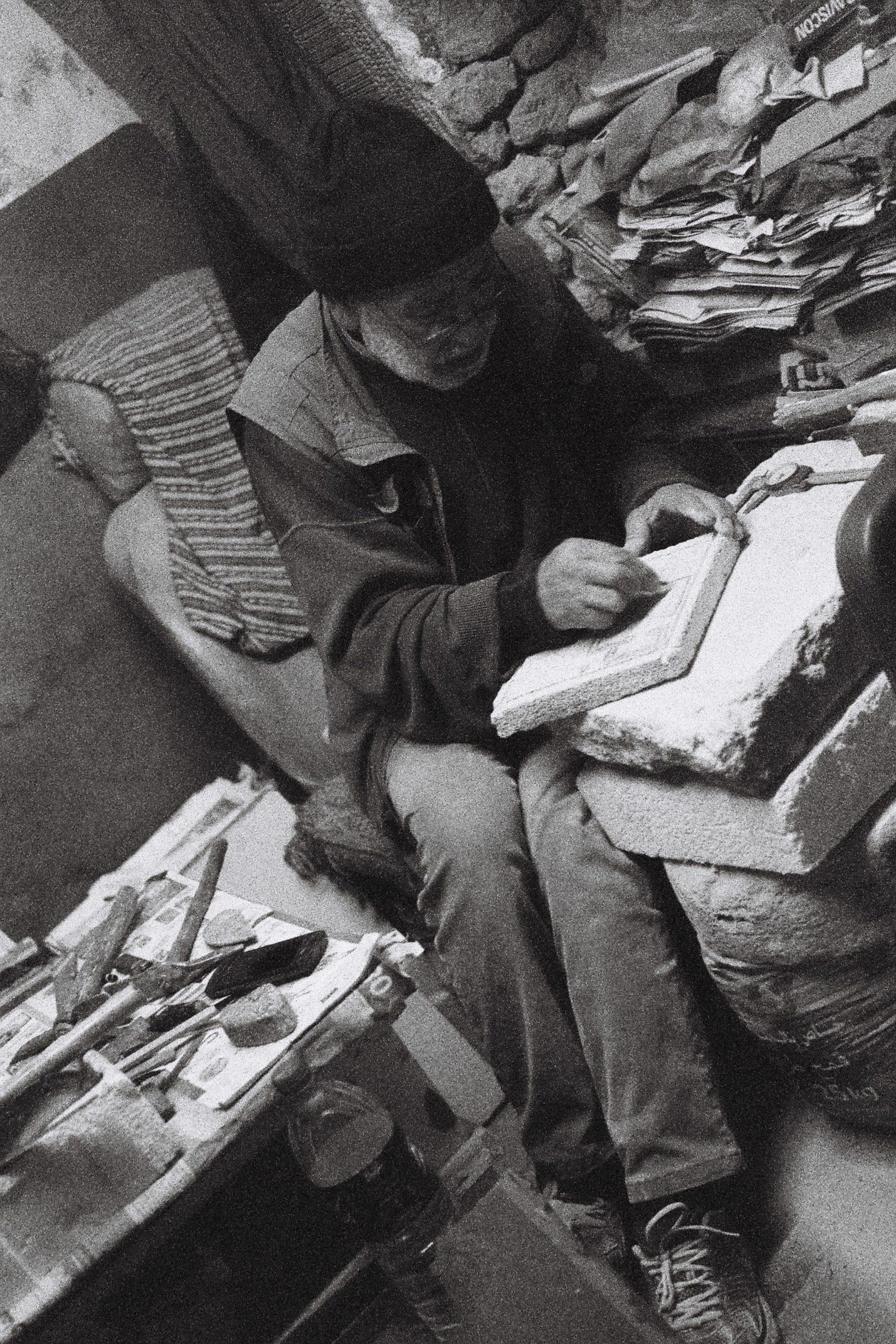Malem Hamid, le tailleur de pierre de la médina, à l'oeuvre