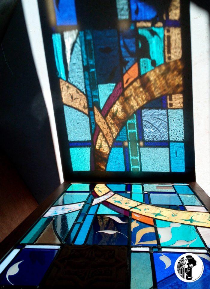 Couleur des verres projeté par la lumière qui les traverse dans ce vitrail contemporain d'inspiration mauresque