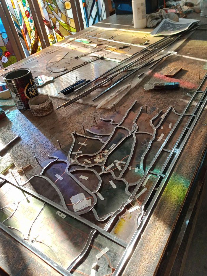 Vue de la table d'assemblage d'un vitrail en cours de restauration