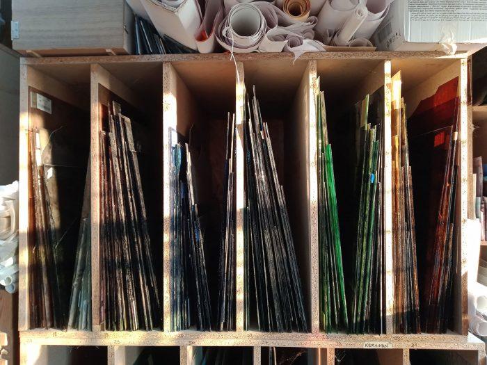 Organisation des feuilles de verre soufflé de couleurs