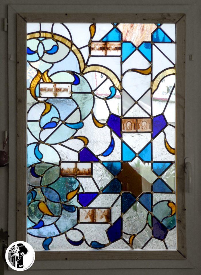 Composition mauresque inspirée des motifs des géométries islamiques dans des tons clairs réhaussés de bleu et inclusion de stéréoscopies anciennes du Maghreb