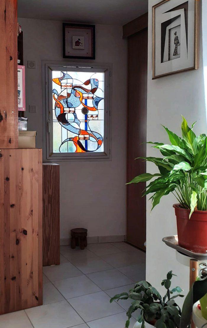 Vitrail MARGOUILLAT posé dans la fenêtre de salon - Chartres