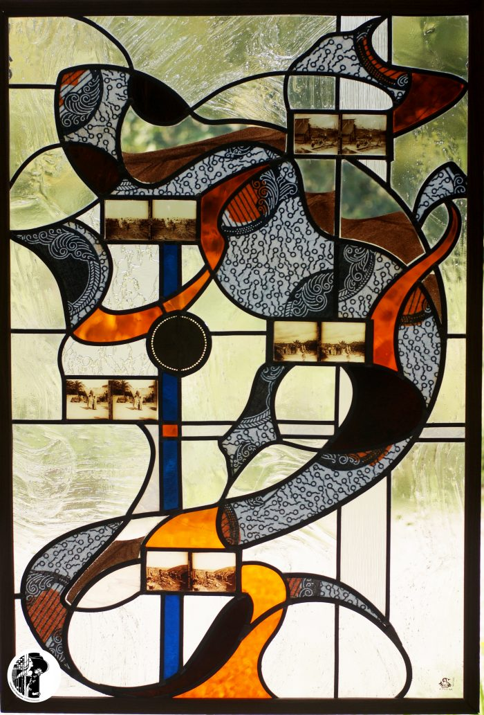 Margouillat - création de vitrail avec inclusion de wax, de photo stéréoscopiques anciennes et d'une pièce d'or baoulé - vue d'ensemble